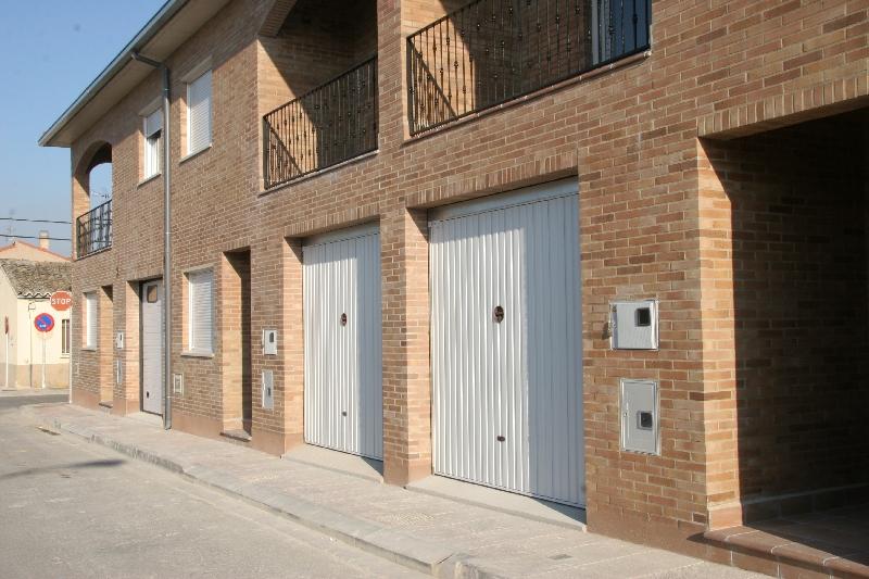 Puerta basculante Puertas Arriazu Fabricante de puertas en Navarra