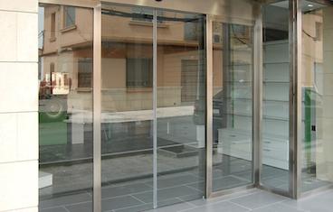 Puerta automática de vidrio Puertas Arriazu Fabricante de puertas en Navarra