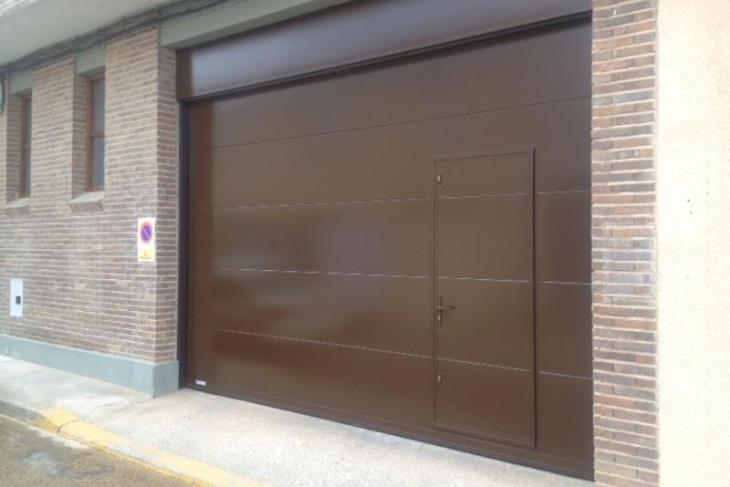 Puertas residenciales seccionales puertas arriazu - Puertas para cocheras electricas ...