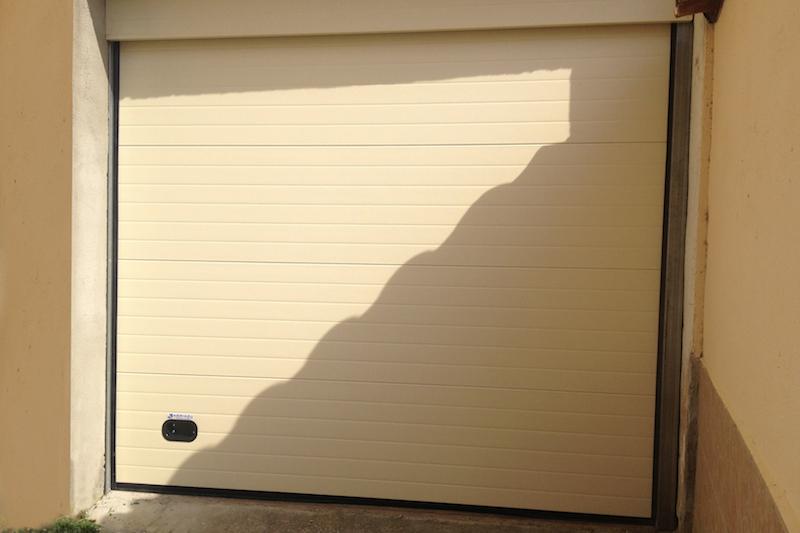 puerta_residencial_seccionable_ciega_crema
